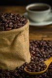 De geroosterde Achtergrond van Koffiebonen/Geroosterde Koffiebonen/Geroosterde Koffiebonen op Zakachtergrond Royalty-vrije Stock Foto