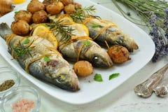 De geroosterde Baarzen van de Middellandse Zee met Aardappels - Reeks foto's van de receptenvoorbereiding royalty-vrije stock foto