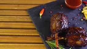 De geroosterde bbq ribben van het varkensvleesvlees op steenplaat stock video