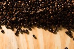 De geroosterde Bonen van de Koffie op Hout Royalty-vrije Stock Fotografie
