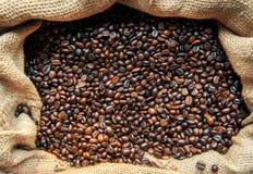 De geroosterde Bonen van de Koffie Het close-up van koffiebonen, achtergrond Een wareh Stock Fotografie