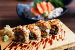 De geroosterde broodjes van Nigiri van Zalmsushi Stock Afbeeldingen