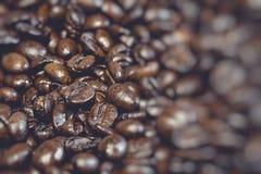 De geroosterde bruine koffiebonen, kunnen als achtergrond worden gebruikt Stock Afbeelding