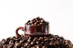 De geroosterde bruine kop van de koffiebeans Stock Foto's