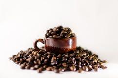 De geroosterde bruine kop van de koffiebeans Royalty-vrije Stock Foto