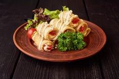 De geroosterde courgette met tomaat, arugula en mozarellakaas, motregende met olijfolie en balsemieke azijn stock foto's