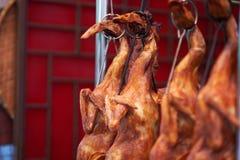 De geroosterde eenden die van Peking voor Chinees restaurant hangen stock fotografie