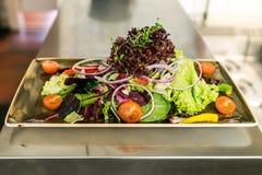 De geroosterde filet van de Kippenborst met de verse salade van tomatengroenten concepten gezond die voedsel door kok in de keuke stock afbeeldingen