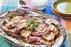 De geroosterde gekruide rode aardappels en de uien motregenden met boerderijvulling Stock Foto