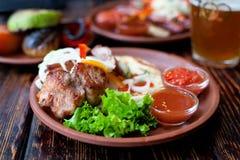 De geroosterde grill van de vleeskebab met salade en saus op kleischotel Royalty-vrije Stock Foto