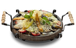 Geroosterde groenten met kaas in een klei sach Royalty-vrije Stock Fotografie