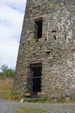 De geroosterde ingang aan windmolenstomp in een de mijnenplaats van het de 19de eeuwlood in Conlig in Provincie neer in Noord-Ier Stock Foto's