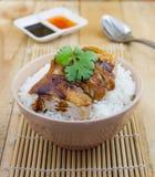 De geroosterde kip dient op rijst met saus Stock Foto's