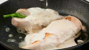 De geroosterde kippenfilet wordt gegoten in de saus stock footage