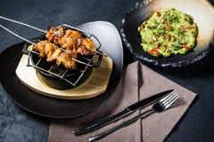 De geroosterde kippenkebab met guacamole versiert, donkere achtergrond, hoogste mening stock foto's