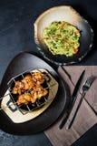 De geroosterde kippenkebab met guacamole versiert, donkere achtergrond, hoogste mening royalty-vrije stock foto's