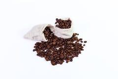 De geroosterde koffiebonen in een vod doet, geroosterde koffiebonen op een wh in zakken Stock Fotografie