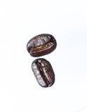 De geroosterde koffiebonen kunnen als achtergrond worden gebruikt Stock Afbeelding