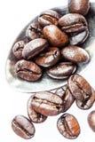 De geroosterde koffiebonen kunnen als achtergrond worden gebruikt Royalty-vrije Stock Afbeeldingen
