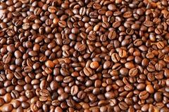 De geroosterde koffiebonen, kunnen als achtergrond worden gebruikt stock fotografie