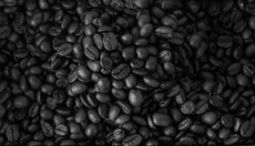 De geroosterde koffiebonen, kunnen als achtergrond worden gebruikt Stock Afbeeldingen