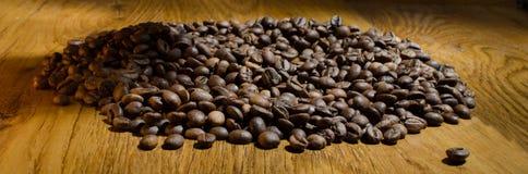 De geroosterde koffiebonen, kunnen als achtergrond worden gebruikt royalty-vrije stock fotografie