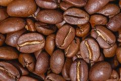 De geroosterde koffiebonen, kunnen als achtergrond worden gebruikt royalty-vrije stock afbeelding