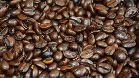 De geroosterde koffiebonen, kunnen als achtergrond worden gebruikt de camera beweegt zich van links naar rechts stock videobeelden