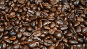 De geroosterde koffiebonen, kunnen als achtergrond worden gebruikt De camera beweegt zich van rechts naar links stock footage