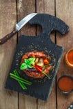 De geroosterde kroon van varkensvleesribben met sojasaus, honing en ketchup Glas whisky Europese keuken Stock Foto