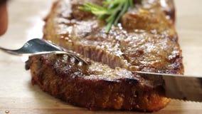 De geroosterde Langzame motie van het varkensvleeslapje vlees stock footage