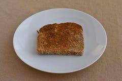 De geroosterde plak van het sesamzaadbrood of ontsproten korrelbrood Stock Foto's
