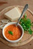 De geroosterde plantaardige die onderdompeling, saus, in een ceramische kom op wordt uitgespreid streeft na Royalty-vrije Stock Foto's