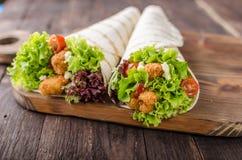 De geroosterde tortilla met kip, Mayo en tomaat ketchuGrilled tortillakip, sla, eigengemaakte Mayo en barbecuesaus Stock Fotografie