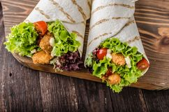 De geroosterde tortilla met kip, Mayo en tomaat ketchuGrilled tortillakip, sla, eigengemaakte Mayo en barbecuesaus Royalty-vrije Stock Foto's