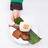 De geroosterde vissen met gebraden tempeh, petai, komkommer, sla, leunca, braadden sjalot, en witte rijst met hand Royalty-vrije Stock Fotografie