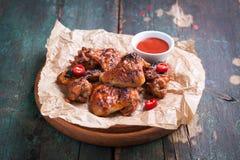 De geroosterde vleugels van de barbecuekip met bbq saus, Italiaanse kruiden, olijfolie en peper Royalty-vrije Stock Foto's