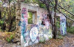 De geruïneerde bouw op bebost gebied Stock Foto's