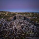 De geruïneerde bouw van oude kopermijn in Nordgruvefeltet, Noorwegen stock afbeelding