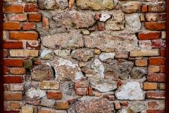De geruïneerde instortingen van de steenmuur voor een deel Stock Afbeeldingen