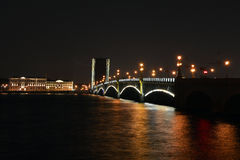 De gescheiden Drievuldigheidsbrug op een de zomernacht Stock Afbeelding