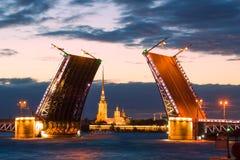 De Gescheiden Paleisbrug en Peter en Paul Cathedra, witte nacht Heilige-Petersburg stock foto's