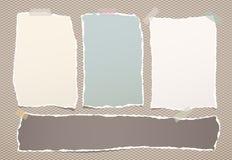 De gescheurde kleurrijke nota, notitieboekjedocument bladen plakte met kleverige band op geregelde bruine achtergrond Stock Afbeeldingen