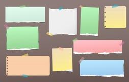 De gescheurde kleurrijke nota, notitieboekjedocument stukken voor tekst plakte met kleverige band op donkere bruine achtergrond V Stock Afbeeldingen
