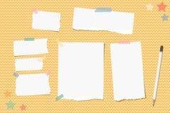 De gescheurde nota, notitieboekje, voorbeeldenboekdocument plakte met kleverige band, wit potlood, sterren op oranje golvende ach stock illustratie