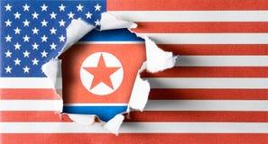 De gescheurde vlag van de V.S. en van de Verenigde Staten van Amerika op ruw document Royalty-vrije Stock Fotografie
