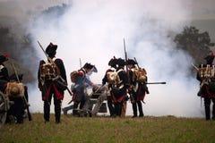De geschiedenisfans in militair kostuum stelt de Slag van Drie Keizers weer in Stock Afbeelding