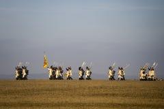 De geschiedenisfans in militaire kostuums stelt de Slag van Drie Keizers weer in Stock Afbeelding