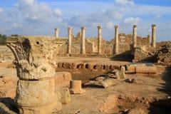 De geschiedeniskolommen van de uitgravingenarcheologie van de oude ruïnes van Cyprus van steengebouwen royalty-vrije stock afbeelding