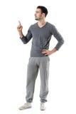 De geschikte sportmens in zweet hijgt en grijs overhemd richtend vinger omhoog bekijkend copyspace royalty-vrije stock afbeeldingen